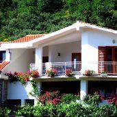 Курорт близко ко многим пляжам. Святой Стефан. Удивительная Черногория